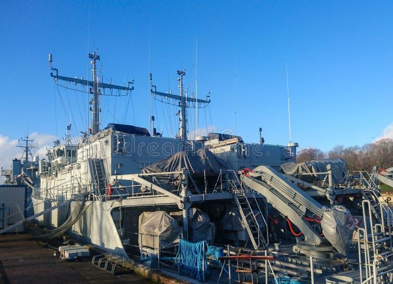 Krigsskepp är på kajen arkivbild
