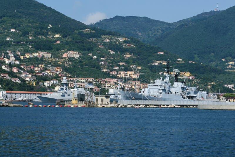 Krigsskepp i den militära porten i golfen av huvudstadslaen Spezia, Liguria, Italien arkivbild