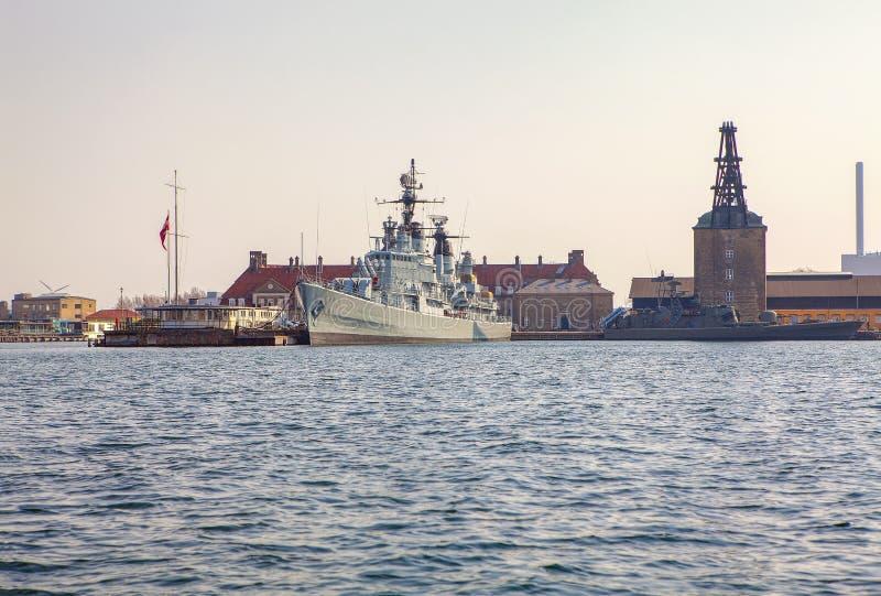 Krigsskepp i hamnen fotografering för bildbyråer