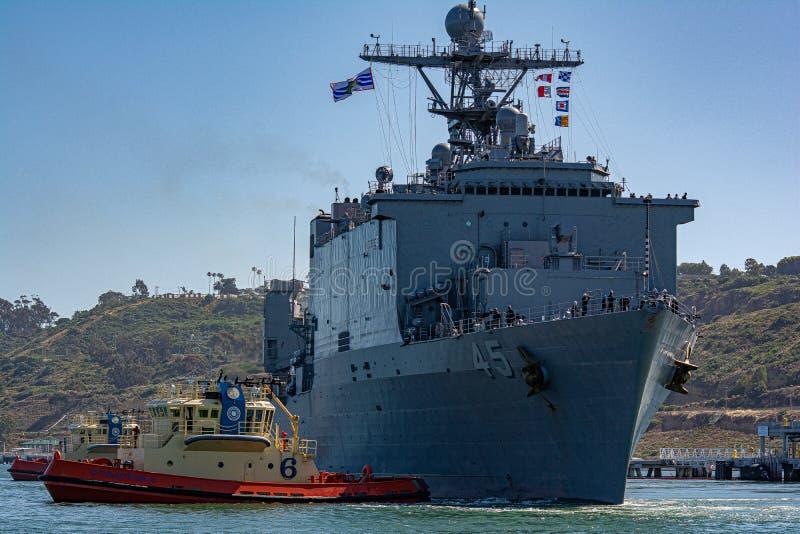 Krigsskepp i San Diego royaltyfria bilder