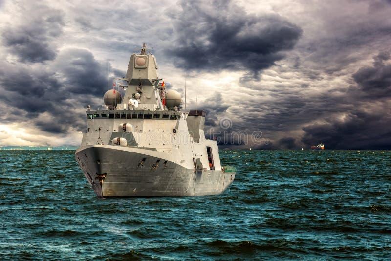 Krigsskepp på havet arkivfoton