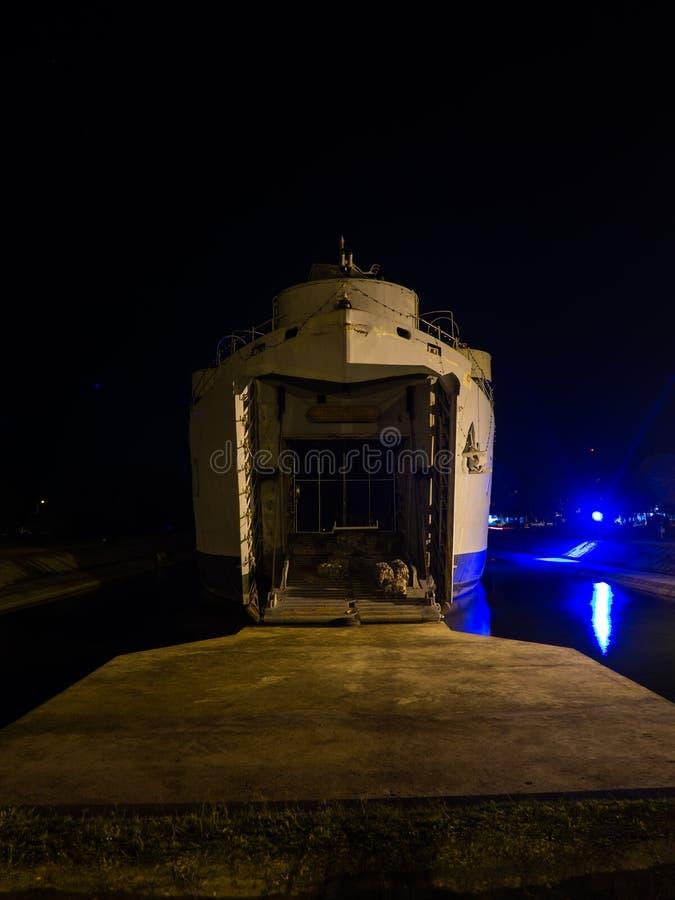 Krigsskepp på natten på Koh Phangan royaltyfri bild