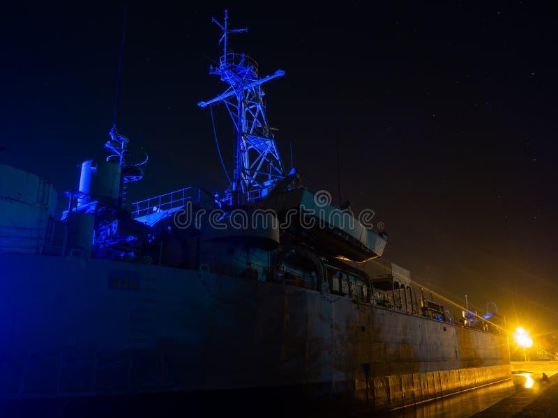 Krigsskepp på natten på Koh Phangan royaltyfria bilder