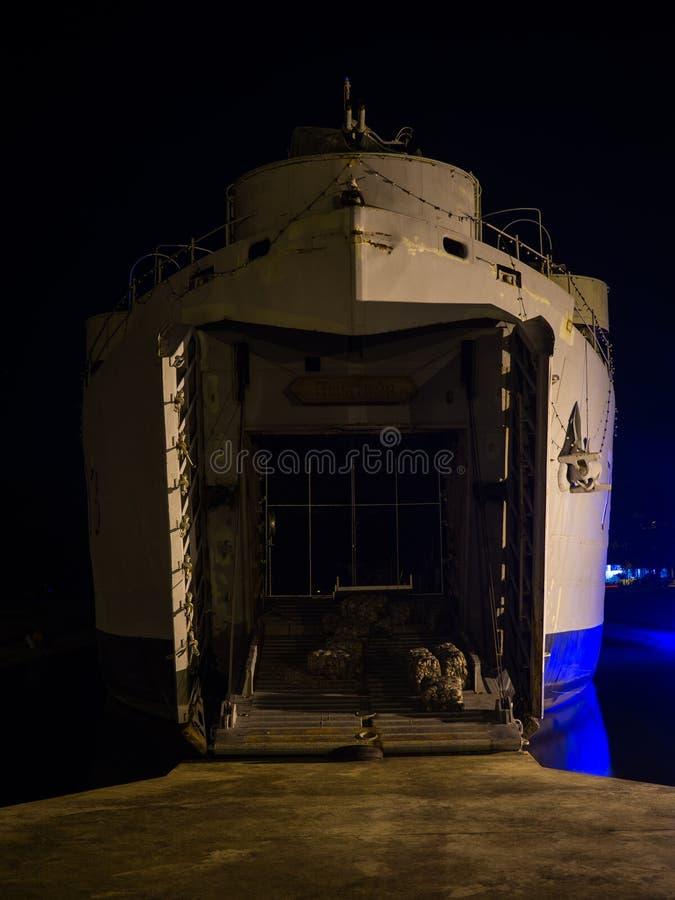 Krigsskepp på natten på Koh Phangan royaltyfri fotografi