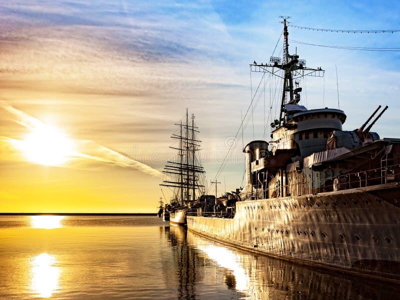 Krigsskepp på soluppgång royaltyfria bilder