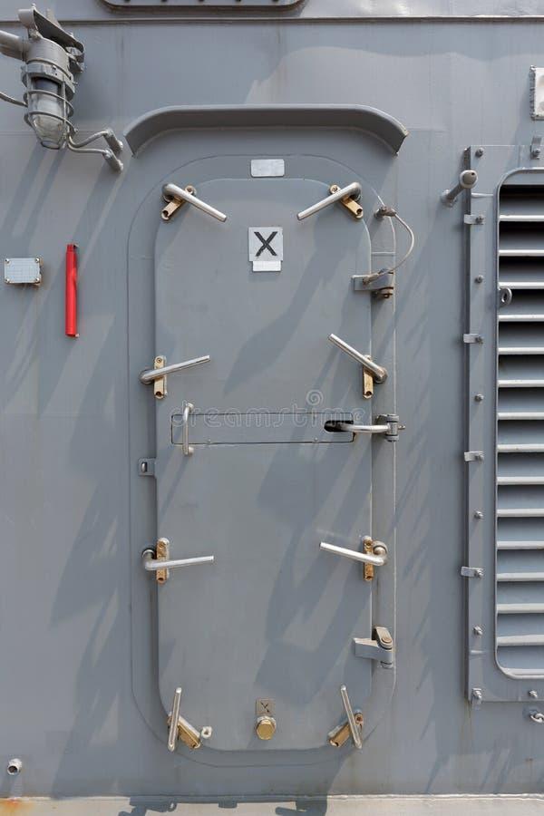 Krigsskepp - säkerhetsdörr arkivfoton