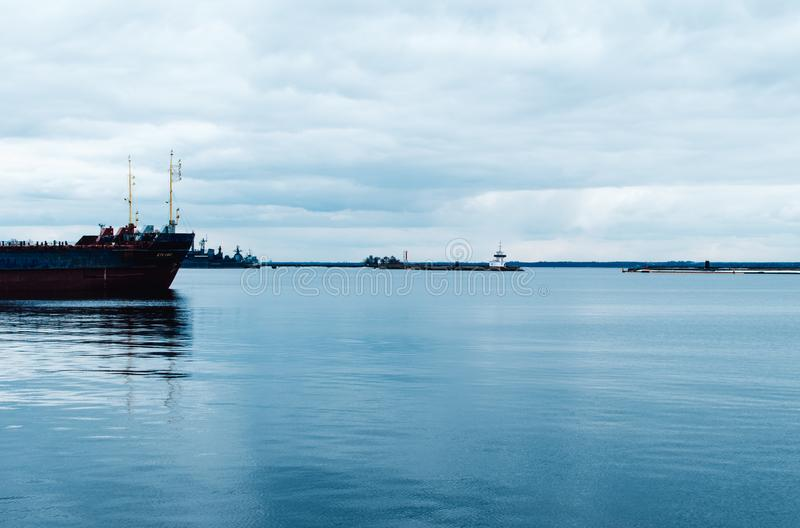 Krigsskepp st?r i fj?rden Ryssland Kronstadt arkivbilder