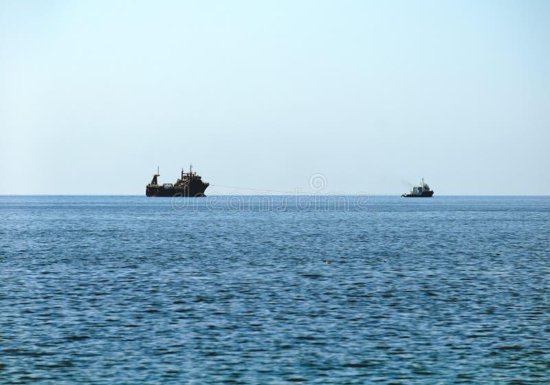 Krigsskeppsegling i lugnt vatten royaltyfri bild