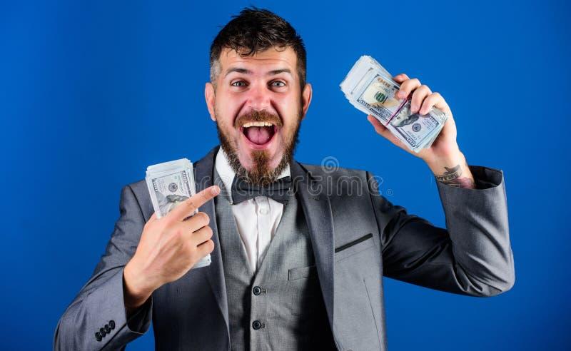 Krijg contant geld gemakkelijk en snel De zaken van de contant geldtransactie Rijke de greepstapel van de mensen gelukkige winnaa stock afbeelding