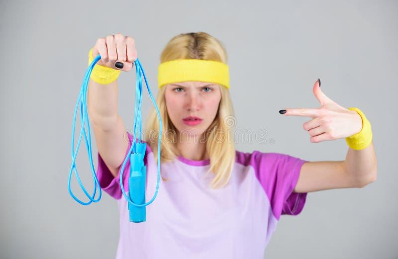 Krijg klaar de zomerlichaam Het verliesconcept van het gewicht Vind tijd aan training Vrouwentraining met touwtjespringen Trainin stock fotografie