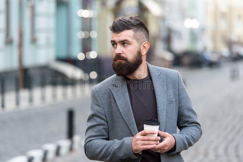 Krijg wat rust na harde dag Drinkt mensen gebaarde hipster koffiedocument kop De goed verzorgde zakenman geniet van koffiepauze royalty-vrije stock afbeeldingen