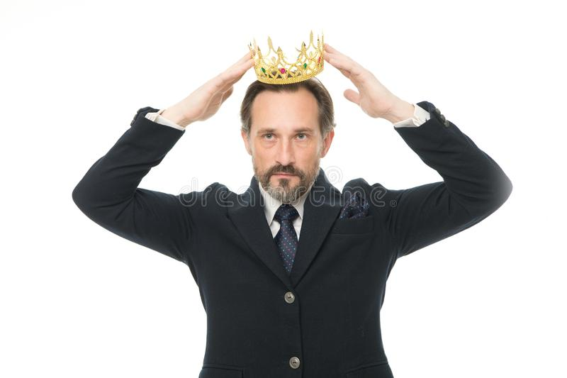 Krijgend allen edel Rijpe zakenman die kroon draagt Hogere mens die macht en triomf vertegenwoordigen Succes in zaken royalty-vrije stock afbeelding