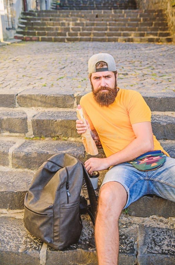 Krijgend wat rust en meer wandelend Het Kaukasische hipster ontspannen op treden met wandelingsrugzak Gebaarde mens die maaltijd  royalty-vrije stock foto's