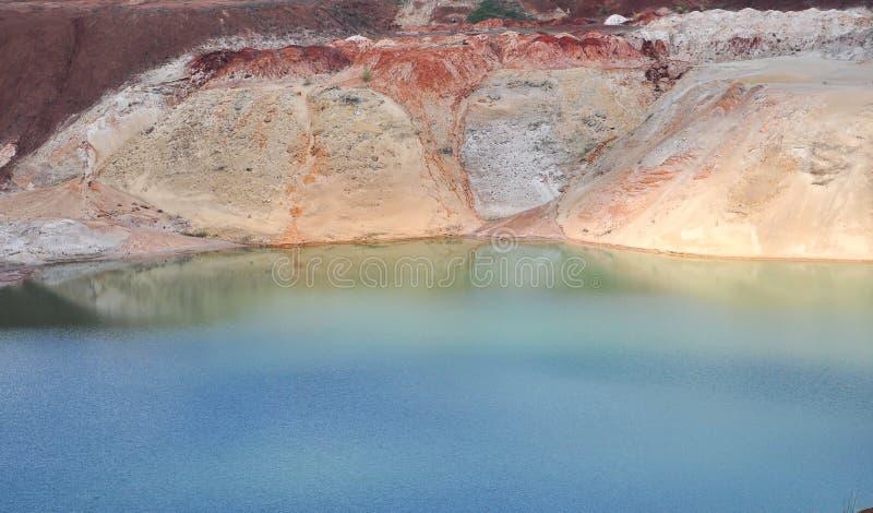 Krijtachtig meer met blauw water royalty-vrije stock fotografie