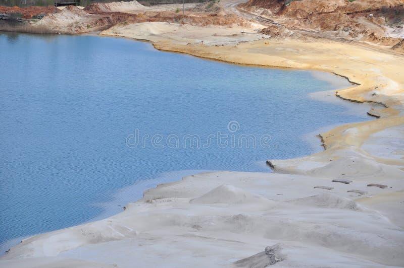 Krijtachtig meer met blauw water royalty-vrije stock afbeeldingen
