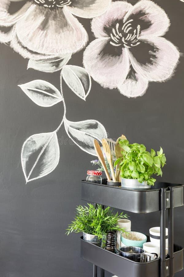 Krijtachtige bloemen op de muur stock foto's