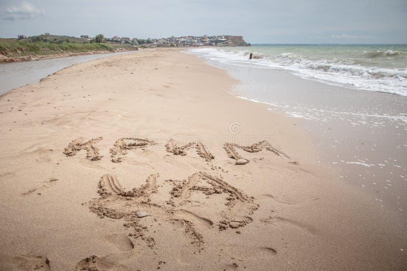 Krim ist Ukraine-Zeichen auf dem Sand lizenzfreie stockbilder