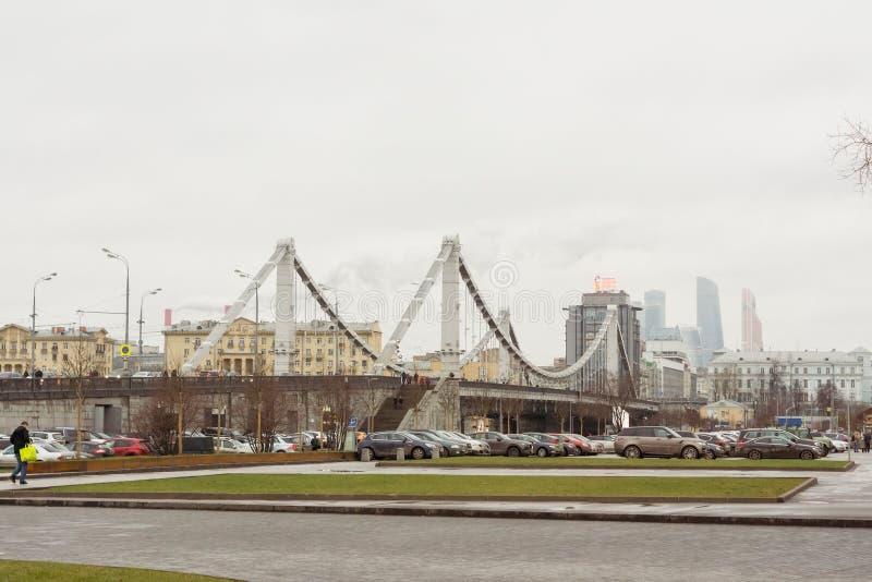 Krimbrug in Moskou op een bewolkte dag stock afbeeldingen