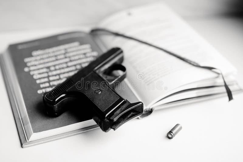Kriminalromankonzept mit Gewehr, Buch und Kugel Schwarzweiss-Foto Pekings, China stockbild