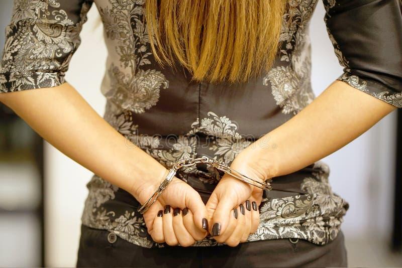 Kriminelle Hände sperrten in Handschellen lizenzfreie stockfotos