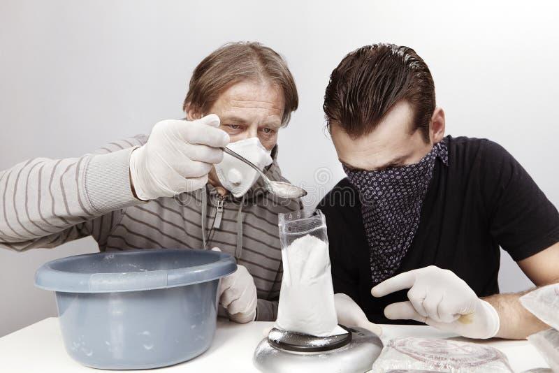 Kriminelle Händler von den Drogen, die Waren für Verteilung belasten stockfotografie