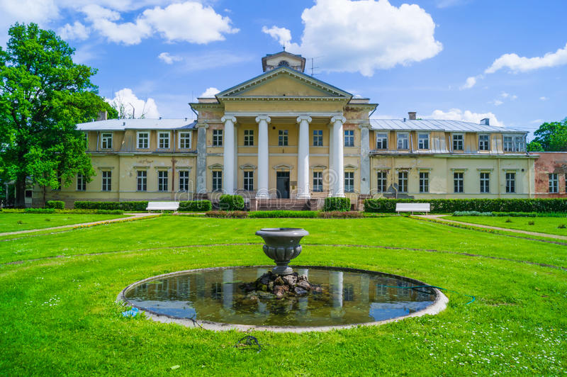 Krimulda-Schloss in ländlichem Lettland. lizenzfreie stockbilder