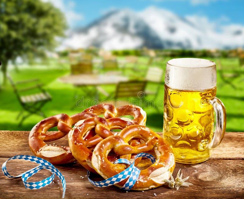 Kringlor och halv liter av öl som firar Oktoberfest royaltyfria bilder