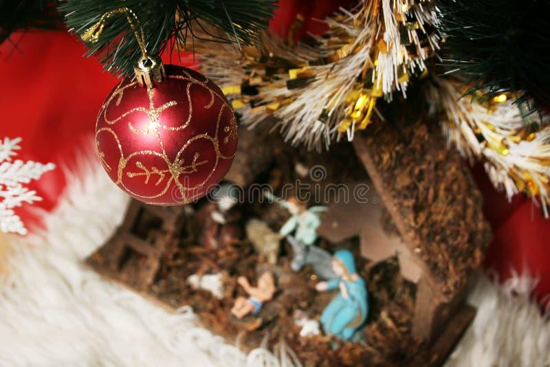 Krippe unter dem Baum stockfotos