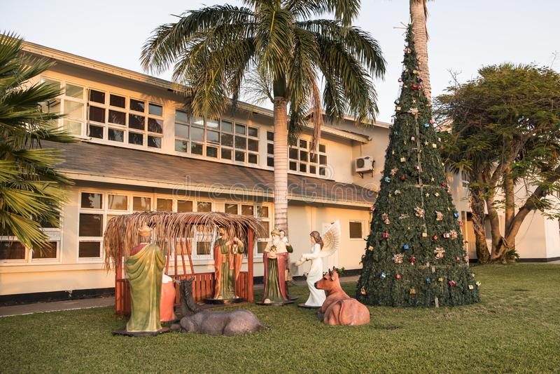 Krippenfigürchen und Weihnachtsbaum in Oranjestad, Aruba, karibisches Meer lizenzfreie stockfotos