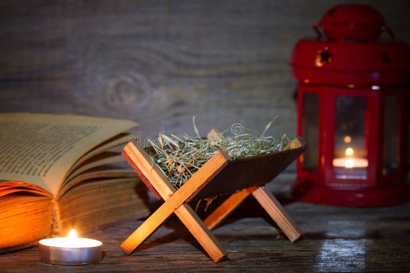 Krippenkrippenlaterne und -bibel im Nachtzusammenfassungs-Weihnachtshintergrund lizenzfreie stockfotos
