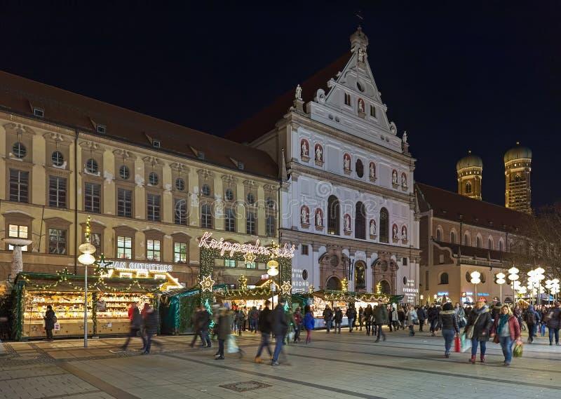 Kripperlmarkt voederbak-Markt in München in schemer, Duitsland stock foto
