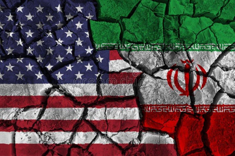 Krisen- und Unvereinbarkeitskonzept von Amerika und von Iran Flaggen auf gebrochenem Grundhintergrund stockbild