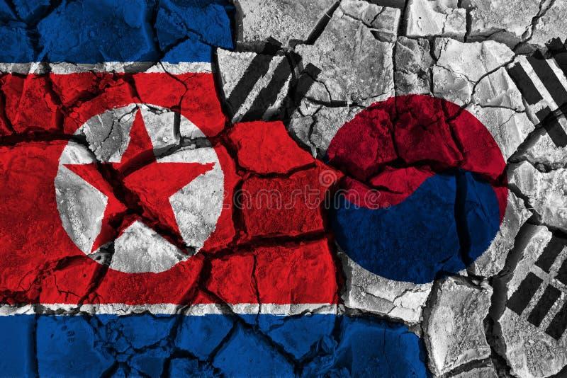 Krisen- und Unvereinbarkeitskonzept von Südkorea und von Nordkorea Flaggen auf gebrochenem Grundhintergrund lizenzfreies stockfoto
