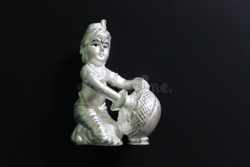 Krishna Λόρδου που γίνεται στο ασημένιο άγαλμα στοκ φωτογραφία
