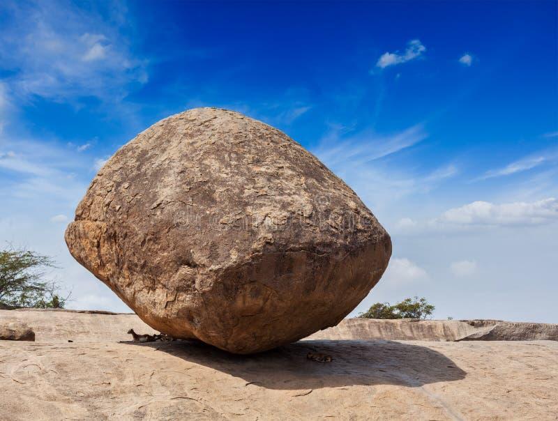 Krishna butterball - równoważenie skały gigantyczny naturalny kamień, Maha zdjęcie stock