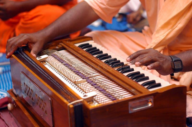 Krishna eifriger Anhänger, der Harmonium spielt stockfoto