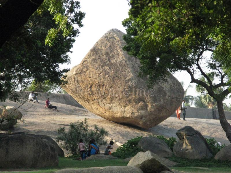 Krishna-` s Butterball und -indien Krishna-` s Butterball ist- ein riesiger gut ausgewogener Flussstein lizenzfreie stockfotografie