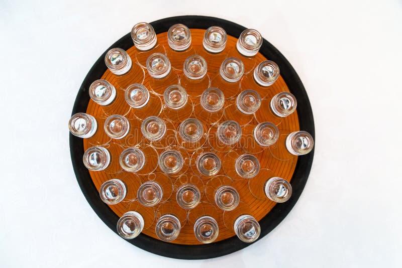 Kristal geschotene glazen op een plaat stock foto's