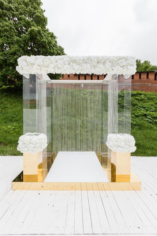 Kristaldecoratie voor de huwelijksceremonie, luxueus decor Mooie die boog met kettingen met transparant wordt verfraaid royalty-vrije stock foto's