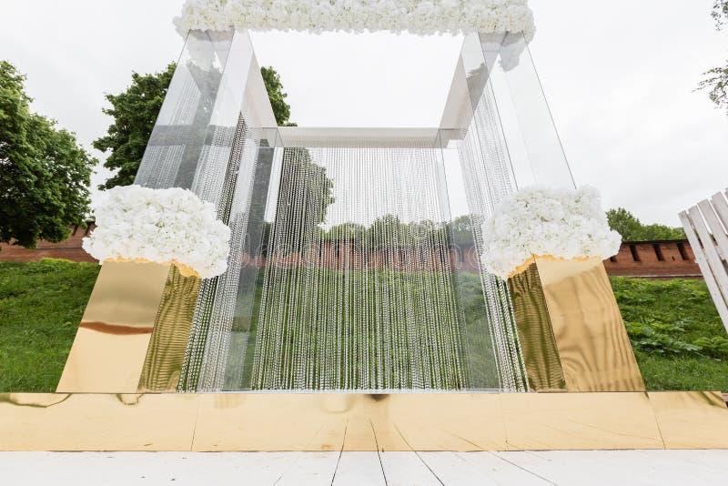 Kristaldecoratie voor de huwelijksceremonie, luxueus decor Mooie die boog met kettingen met transparant wordt verfraaid royalty-vrije stock foto