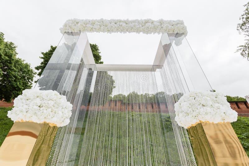 Kristaldecoratie voor de huwelijksceremonie, luxueus decor Mooie die boog met kettingen met transparant wordt verfraaid stock foto's