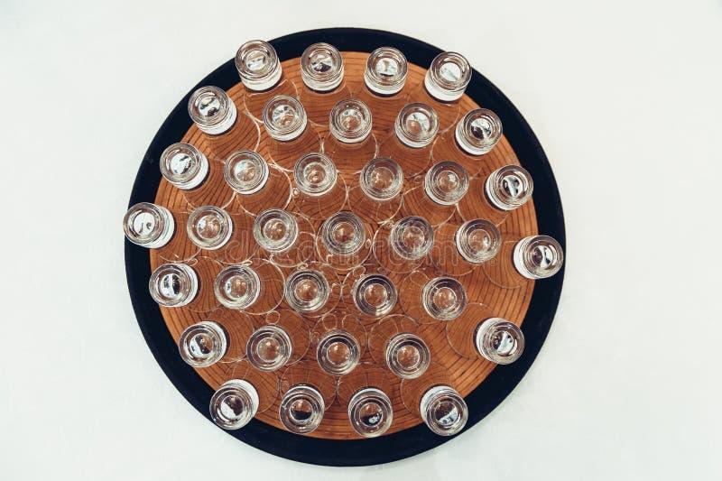Kristalglazen op een geïsoleerde plaat stock afbeelding