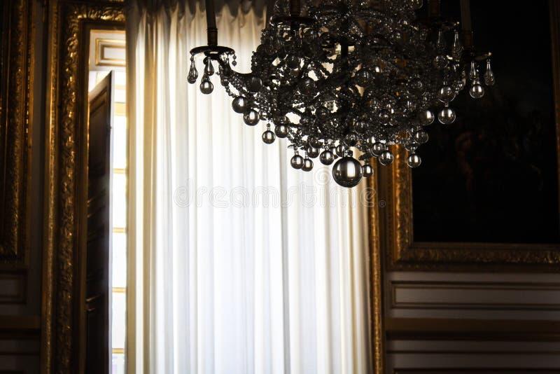 Kristalkroonluchter binnen het Paleis van Versailles stock foto's