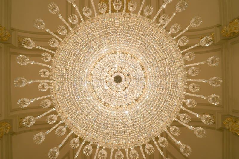 Kristalkroonluchter van onderaan royalty-vrije stock afbeelding