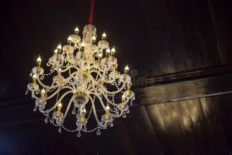 Kristall av den moderna ljuskronan royaltyfria bilder