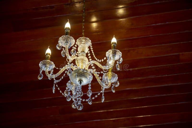 Kristall av den moderna ljuskronan royaltyfri foto