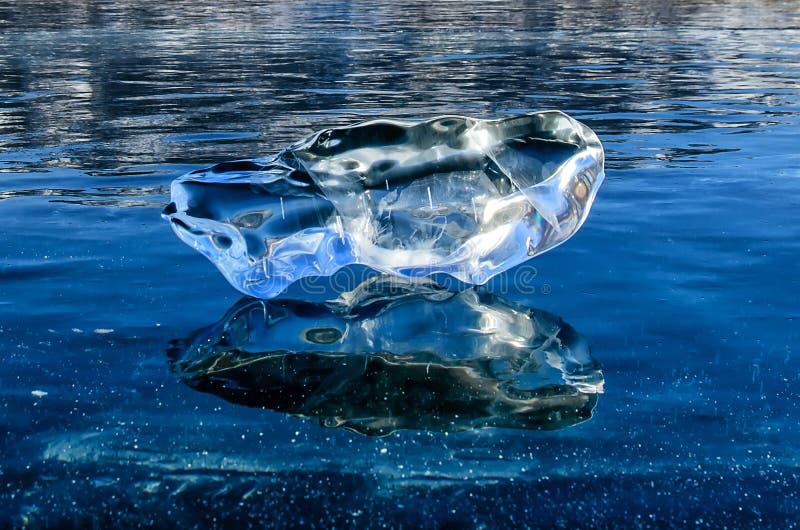 Kristall, der über Seeoberfläche nachdenkt stockbilder