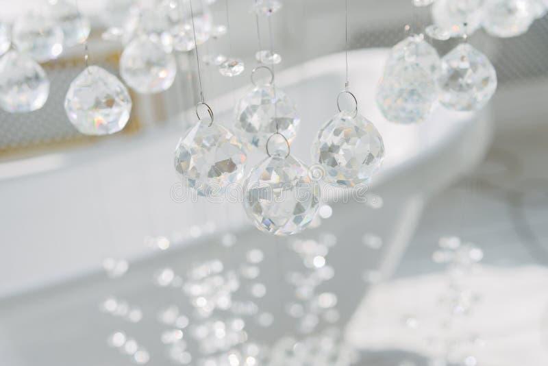 kristall Hängande upphängning Exponeringsglasbollar på en rad arkivbild