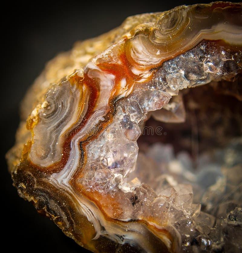 Kristalle innerhalb der Achat-Druse stockfotos
