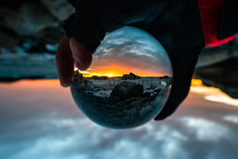 Kristallen bol met zonsopgang, Larvik, Noorwegen stock foto's